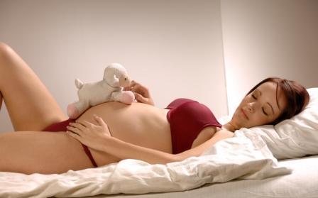беременная лежит на спине