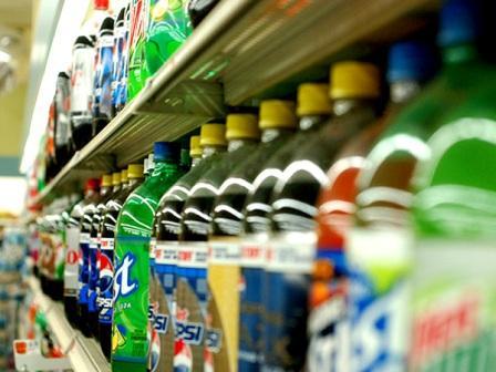 газированные напитки на полке магазина