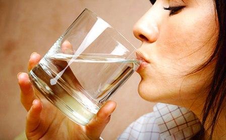 женщина пьет чистую воду