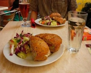 Жирная еда и стакан воды