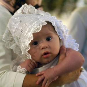 ребенок на крестинах