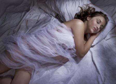 Девушка спит укрытой