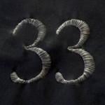 число 33 на черном фоне