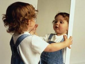 ребенок в зеркале