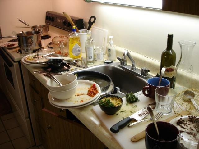 немытая посуда на кухне
