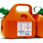 Почему бензин нельзя наливать в пластиковую тару?