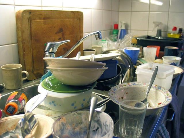 стопка немытой посуды
