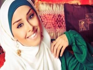 мусульманка улыбается