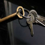 ключи на черном столе