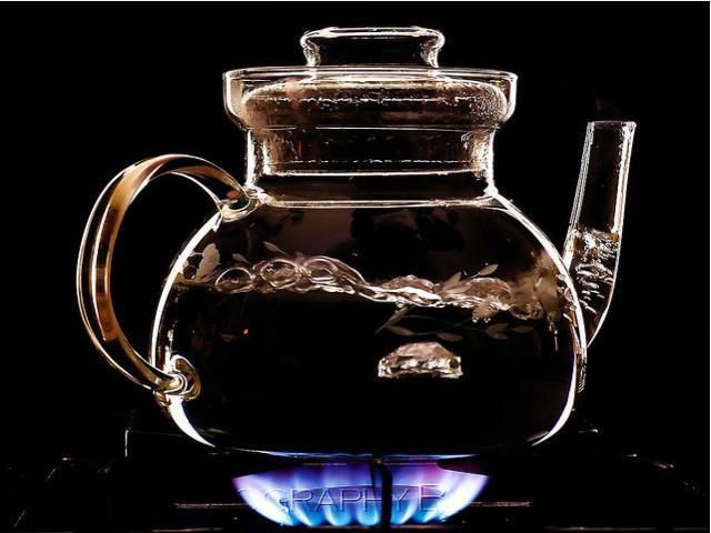 кипит чайник на газовой плите