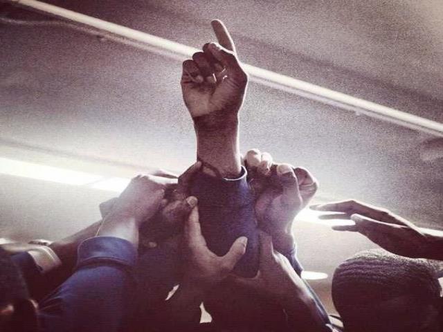 рука поднятая вверх
