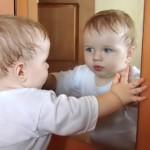Почему нельзя показывать новорожденного в зеркало?