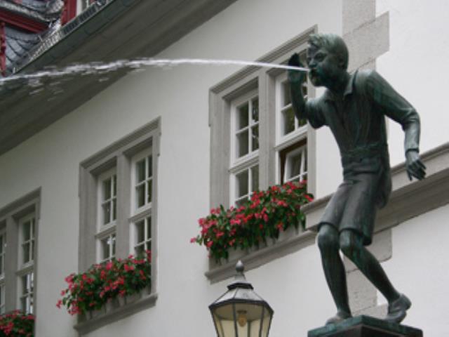 статуя плюет