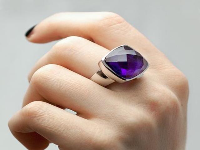 кольцо на руке девушки
