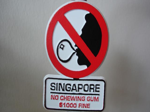 запрещающий знак в сингапуре