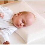 Почему новорожденному нельзя спать на подушке?