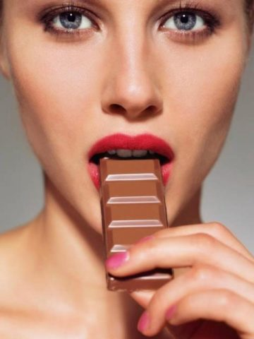 шоколад ест женщина