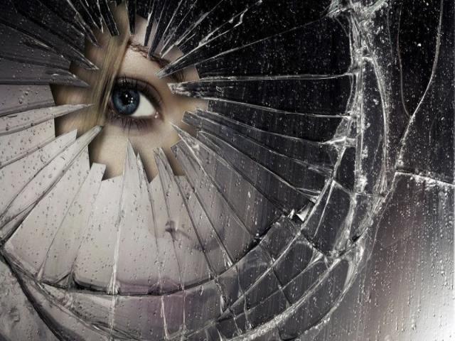 смотреть в разбитое стекло