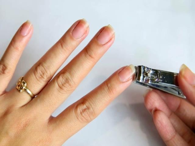 стричь ногти на работе