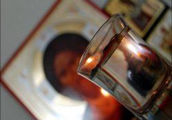 Почему крещенскую воду ставить на пол