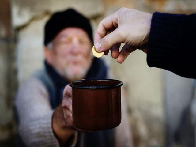 давать милостыню в самой церкви