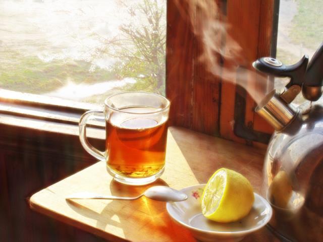 пить горячий чай