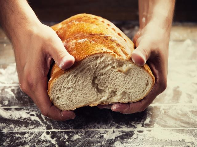 ломать хлеб руками