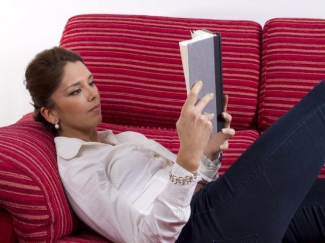 Фото на тему «Почему нельзя читать лежа?»