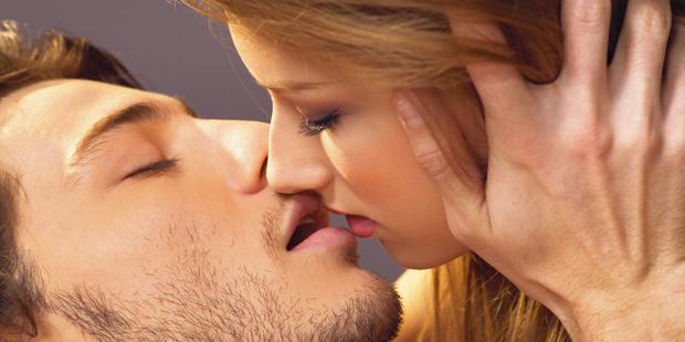 целовать в глаза