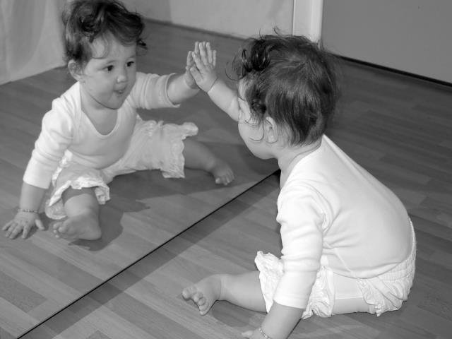 ребенок в зеркале черно белая