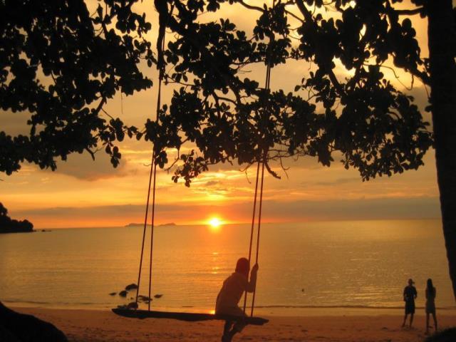 закат солнца и ребенок