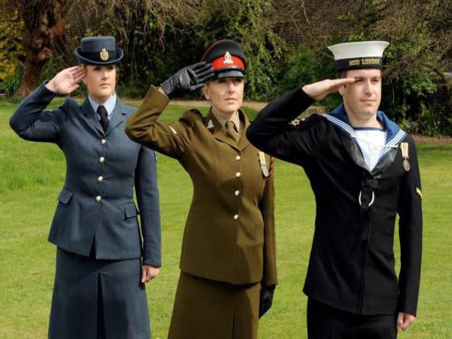 военные отдают честь