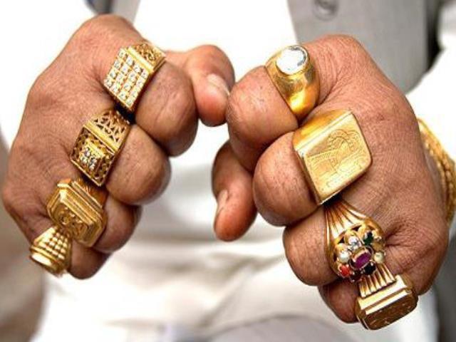 руки в золотых кольцах