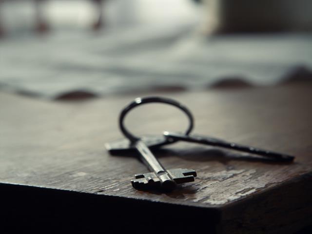 два ключя на столе