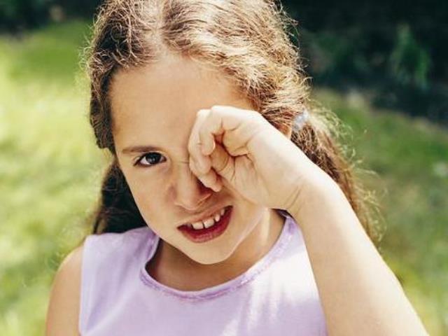 девочка трет глаза