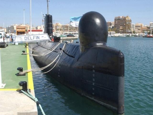 пришвартованная подводная лодка