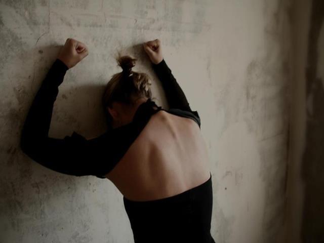нервничает женщина у нее опустились руки