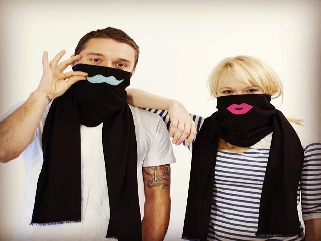 девушка и парень с шарфами