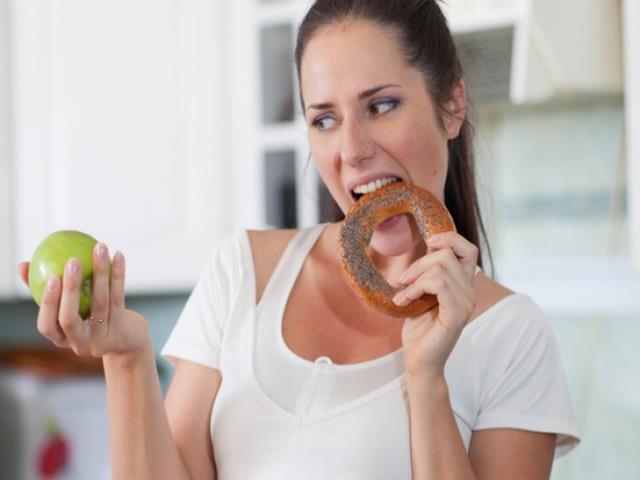 женщина сидит на диете