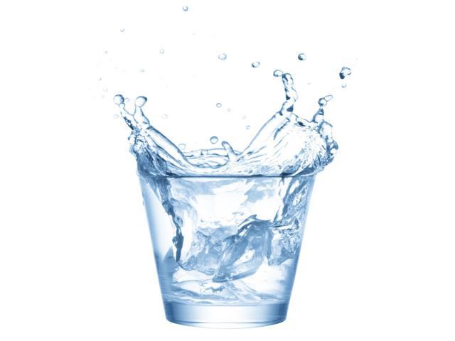 стакан воды разливаются