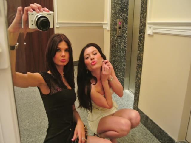 фото в зеркале две девушки