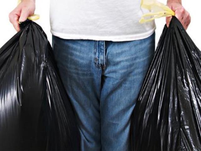 мужчина несет мусор