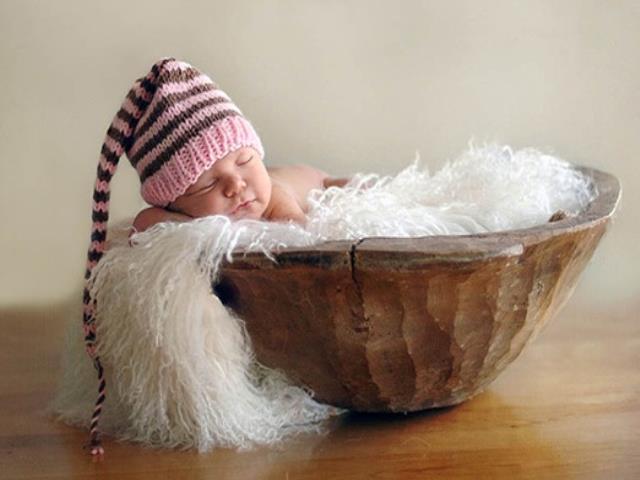 ребенок в шапке спит