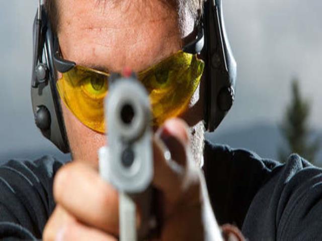 стрелять с пистолета