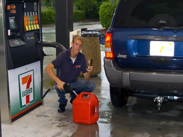 заправлять бензин в пластиковые канистры