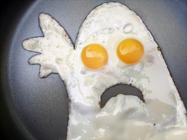 стучать яйцом по столу