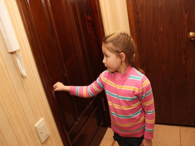 открывать дверь незнакомым