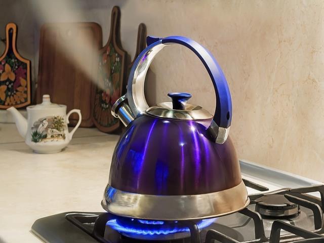 наливать горячую воду чайник