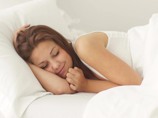 спать в линзах