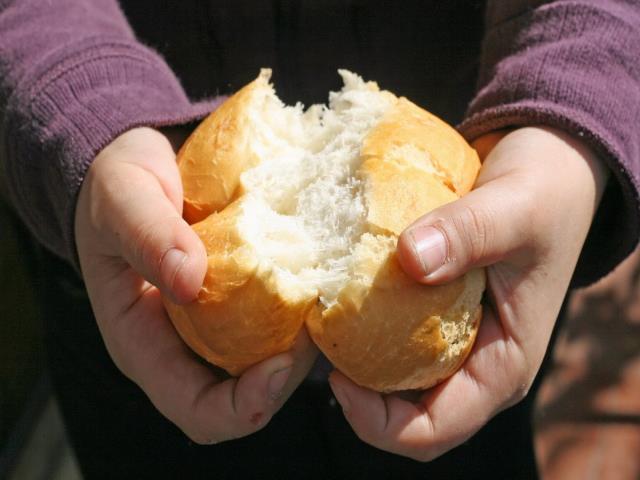 разламывать хлеб руками